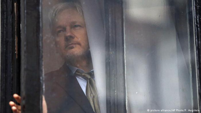 Ecuador confirma restricción de Internet a Assange en embajada de Londres