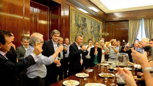 Tras la operación, Macri apareció en un brindis en la Casa Rosada