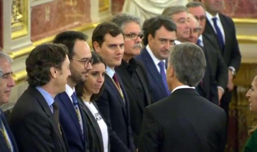 La portavoz de Podemos recibió a Mauricio Macri con una remera que pide la libertad de Milagro Sala