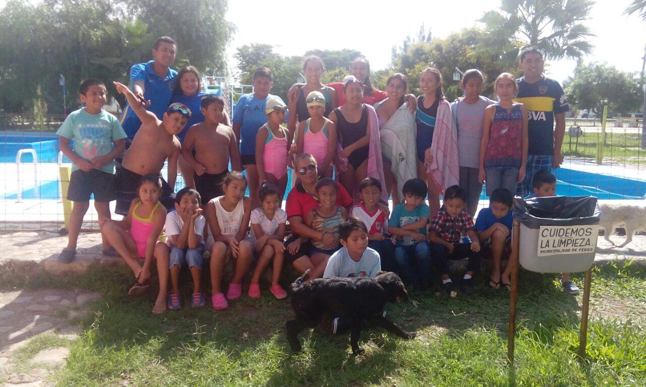 Gran exibición de los nadadores del Club Perico de Natación