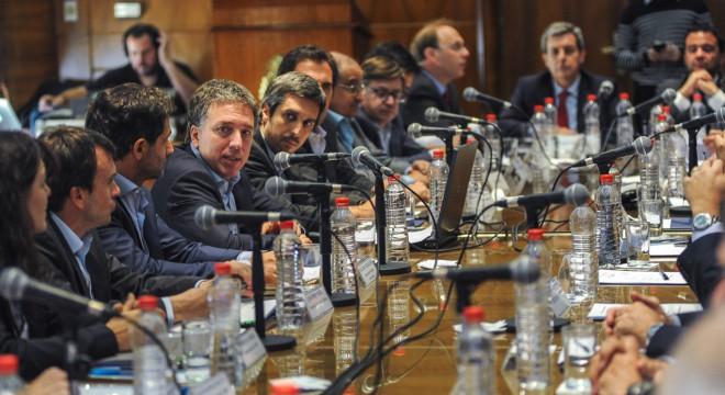 Dujovne acordó con las provincias congelar el empleo público y frenar el gasto