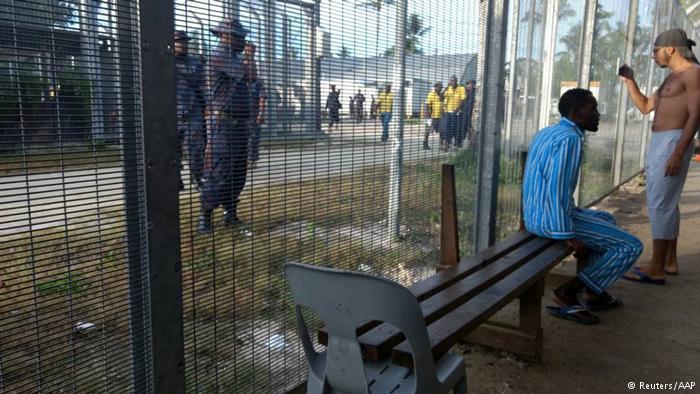 La Policía desaloja a inmigrantes del centro papú de Manus