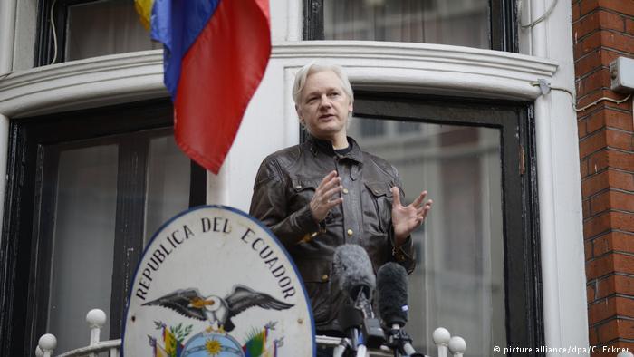 Julian Assange, naturalizado pero controvertido en Ecuador
