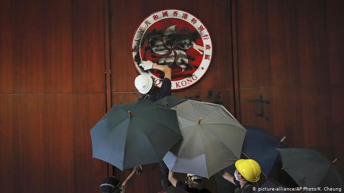 Manifestantes toman Parlamento de Hong Kong