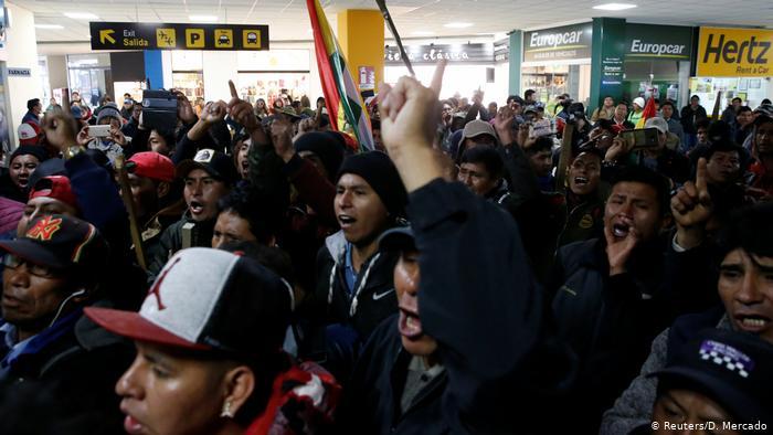 Afines a Evo Morales cercan a opositor en aeropuerto de El Alto