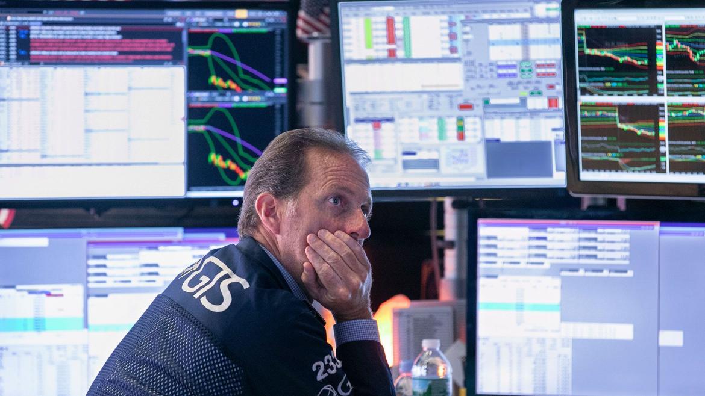 Se derrumban bolsas, el petróleo y Wall Street suspende cotizaciones