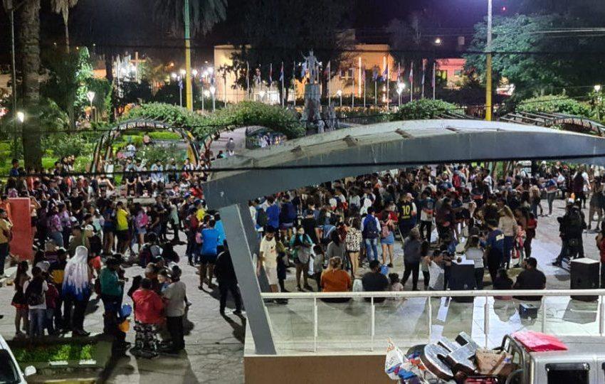 Una multitud de jóvenes sin barbijos ni distancia social en la Plaza San Martín de Libertador. Multas y secuestro